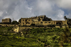 Landhaus auf eine Bergkuppe in Gozo Stockfotos