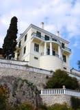 Landhaus auf einem Hügel Stockfotografie