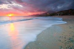 Landhaus auf einem Strand in Kreta, Griechenland lizenzfreies stockbild