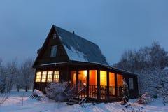 Landhaus (Datscha) in der Winterdämmerung. Russland. Lizenzfreies Stockfoto