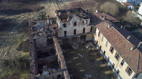 Landhaus der europäischen Art des 18. Jahrhunderts nach dem Feuer, das gebrannt hat Stockfotos