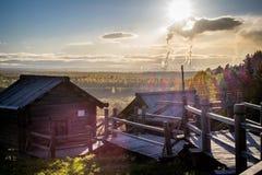 Landhaus gegen die rauchigen Rohre der Fabrik lizenzfreies stockbild