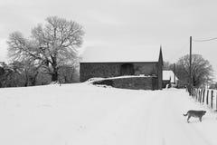 Landhaus im Schnee Stockfoto