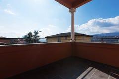 Landhaus mit Ansicht in das Haus stockbild