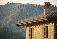 Landhaus mit Apennines lizenzfreie stockfotos
