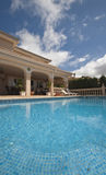 Landhaus mit blauem Pool Lizenzfreie Stockbilder