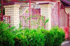 Landhaus mit Eisen geschmiedetem Zaun lizenzfreies stockfoto