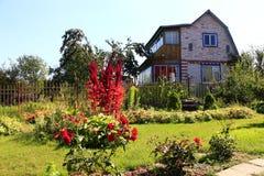 Landhaus mit grünem Rasen Stockfotos