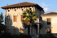 Landhaus mit Palme nahe der Kirche von Santa Giustina in Padua in Venetien (Italien) Lizenzfreie Stockfotografie