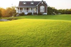 Landhaus mit Rasen Lizenzfreie Stockbilder