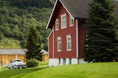 Landhaus mit Retro- Auto auf dem Yard Lizenzfreies Stockfoto