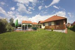 Landhaus mit schönem Garten Stockfotografie