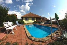 Landhaus mit schönem Pool Stockfotografie