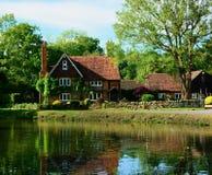 Landhaus mit Teich Lizenzfreie Stockfotos