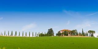 Landhaus mit Zypresse in Toskana, Italien lizenzfreies stockbild