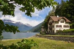 Landhaus nahe dem See in den Schweizer Alpen stockbilder
