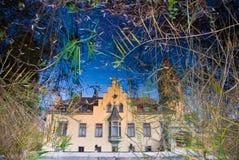 Landhaus reflektiert im Wasser Lizenzfreies Stockfoto