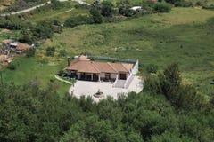 Landhaus umgeben durch Grün stockbild
