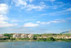 Landhaus und blauer Himmel Stockbild