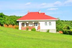 Landhaus und Rasen Stockfotos