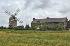 Landhaus und Windmühle in Normandie Stockfotografie