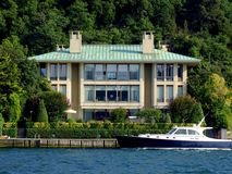 Landhaus und Yacht Lizenzfreies Stockfoto