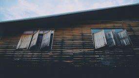 Landhaus zu finden ist schön und schwierig lizenzfreies stockbild