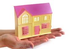 Landhausmodell in den weiblichen Händen Stockfotos