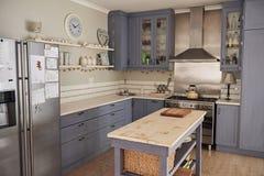 Landhausstilküche mit mit einer Insel in einem Haus lizenzfreies stockfoto