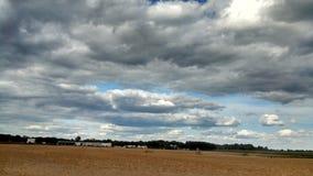 Landhimmel über Feldern stockbild