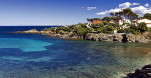 Landhäuser über dem Schauen des klares Cölinblau-Mittelmeeres, Les Issambres Stockfotos
