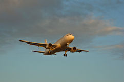 Landing. An airliner glides into land Royalty Free Stock Photography