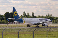 Landing Ukraine International Airlines Embraer ERJ190-100 aircraft Royalty Free Stock Photo