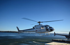 Landing vertoleta.Helicopter.Ozero Rotorua.Novaya Zealand. Stock Photography
