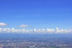 Landkennzeichen von Chaing MAI-Stadt von Doi Suthep von Chiang Mai, Thailand mit Hintergrund des blauen Himmels Lizenzfreies Stockfoto