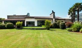 Landlandhaus, Garten Lizenzfreie Stockfotos