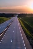 Landlandstraße und -sonnenuntergang Große Natur der freien Straße herum Lizenzfreies Stockbild