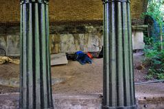 Landlopersslaap onder brug, het Park van de Regent, Londen Stock Fotografie