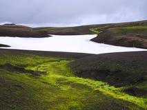 Landmanalaugarberg in de lavaheuvels van IJsland met helder weelderig g stock afbeeldingen