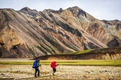 Landmannalaugar,冰岛, 31威严2017年:迁徙在t的游人 免版税库存图片