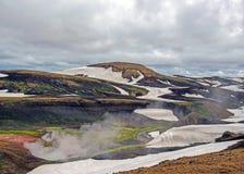 Landmannalaugar geothermisch gebied met zijn stomende hete lentes en kleurrijke ryolietbergen, Laugavegur-Trek, IJsland stock foto's