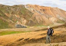 Landmannalaugar Island fotvandrare Fotografering för Bildbyråer