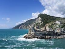 landmark Sts Peter kyrka, Portovenere, Liguria, Italien Synliga Doria Castle också OBS några unidentifiable personer in arkivfoton