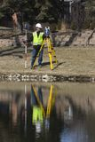 Landmeter die met robotachtige post werkt Stock Foto