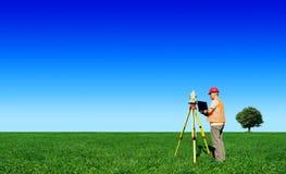 Landmeter op groen gebied Blauwe hemel op achtergrond royalty-vrije stock afbeeldingen