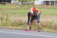 Landmeter Working om de Weg te verwijden Stock Foto