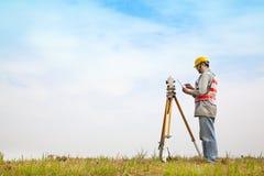Landmetersingenieur die maatregel maken Stock Afbeeldingen