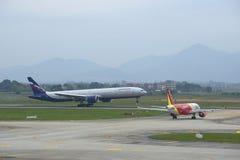Landning av Boeing 777-3M0 (VP-BGC) Aeroflot på flygplatsen Noi Bai hanoi vietnam Royaltyfri Fotografi