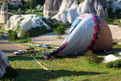 Landning av en ballong för varm luft Arkivfoton