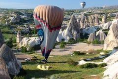 Landning av en ballong för varm luft Arkivbild